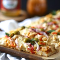 tunisian chicken pizza with olives & roasted red peppers